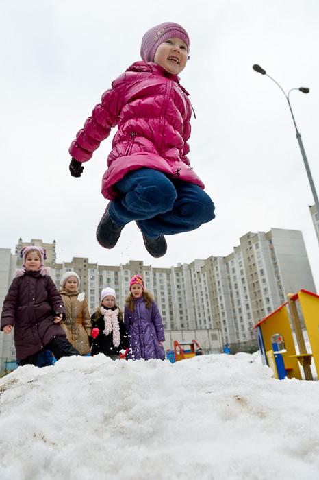 Зимой на улице прыжки на батуте игра