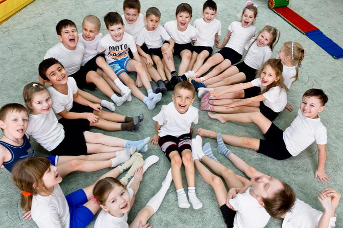 Нестандартные групповые фотографии детей прекрасновпишутся в альбом выпускника детского сада