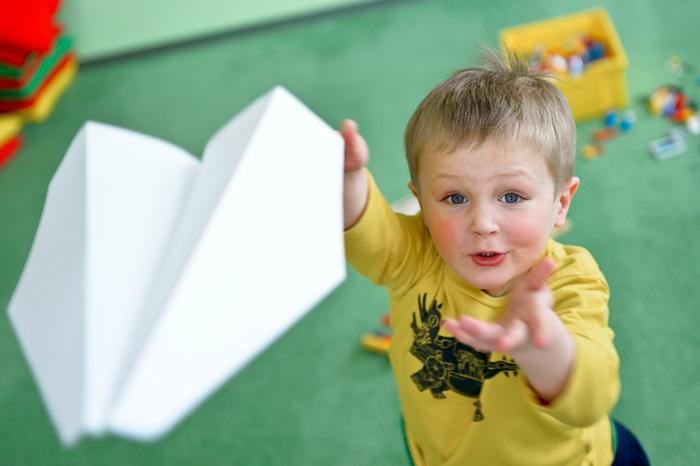В век электронных игрушек простой самолётик из бумаги может сильно порадовать ребёнка