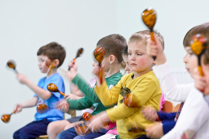 Музыкальные инструменты в детских руках это всегда интересно и зрелищно