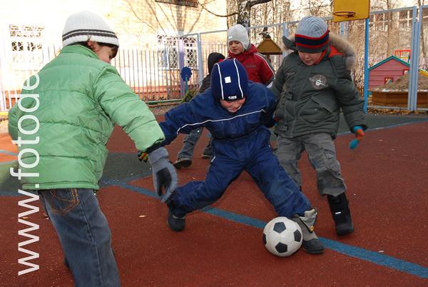 Фотобанке дети играют в футбол