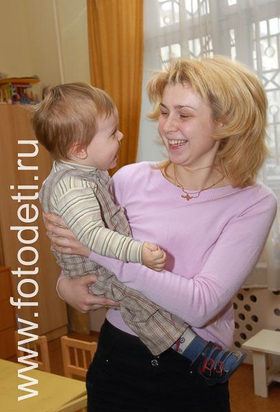 Общение детей на фото малыш играет с