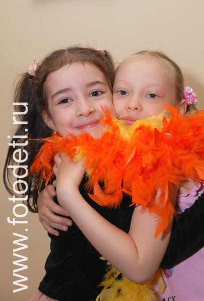 Фото детей в игре шарф из перьев