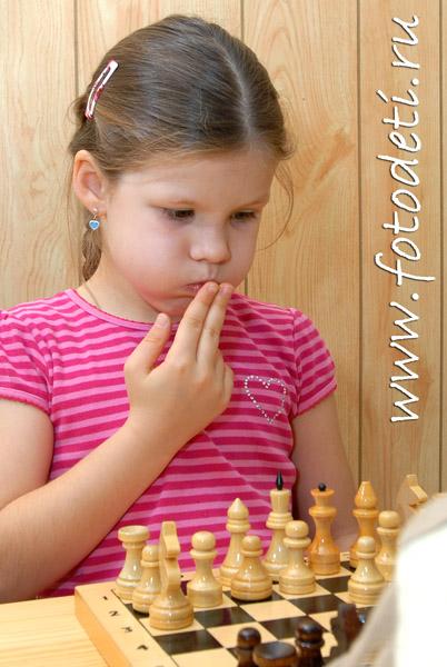 Картинки по запросу фото девочки играют в шахматы