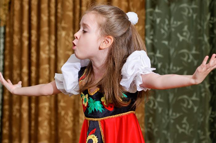 Ребенок выступает картинки