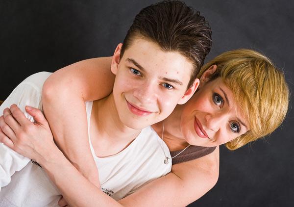 сын развлекается со своей мамой фото