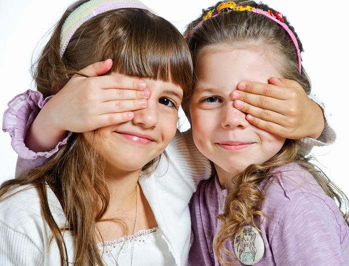 Групповые портреты с подружками и друзьями - важная часть фотосъёмки детей в детском саду.