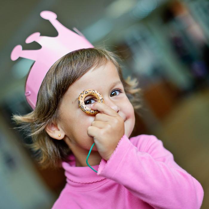 Дети часто проявляют фантазию на фотосессиях, а потому важно быстро ловить такие моменты