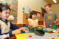 Играющие дети на фотографии: Дети собирают лего конструктор - Фото: 1304_0069.jpg.