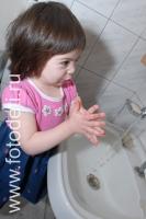 Фотографии самостоятельных детей: Девочка моет руки перед едой - Фото: 2321_0144.jpg.